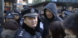 Police disperse Chinese shoppers at Apple store