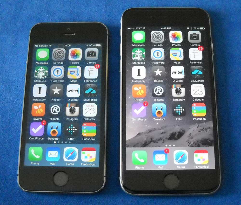 The iPhone 6 screen (right) is big enough for an extra row of icons compared to the iPhone 5s (left)