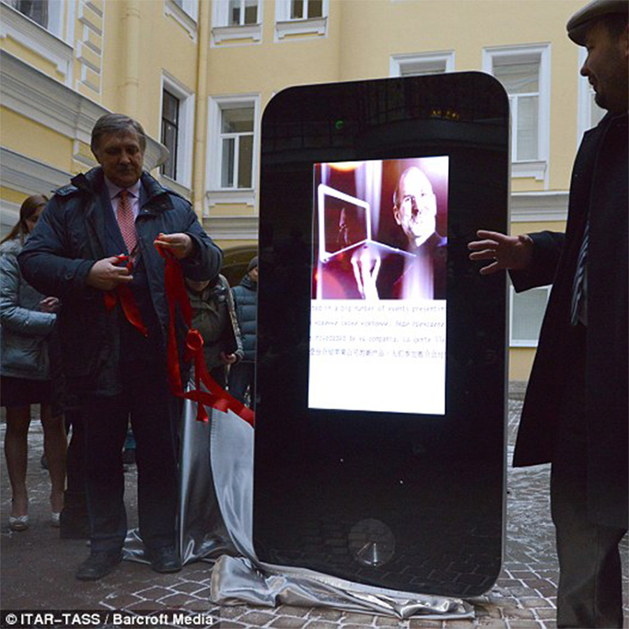 A 2013 memorial to Steve Jobs in Saint Petersberg has been torn down