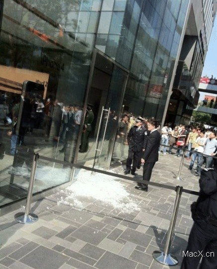 Shattered door at Sanlitun Apple Store