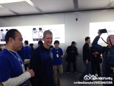 Tim Cook in Beijing Apple Store