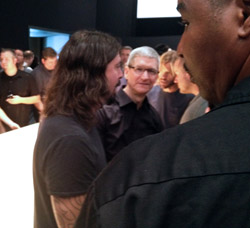 Dave Grohl, Tim Cook, Taylor Hawkins, Jon Ive