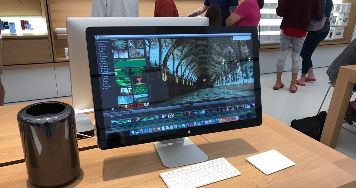 Apple's aging Mac Pro with discontinued Thunderbolt display