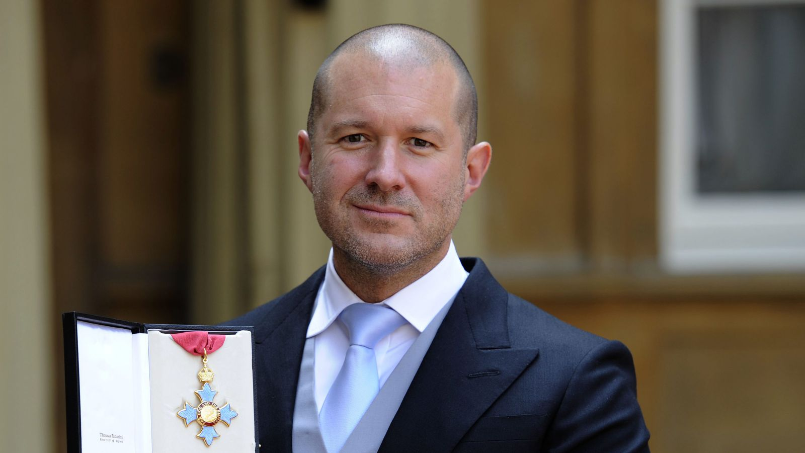 Sir Jony Ive accepting a medal for Royal Chancellor.